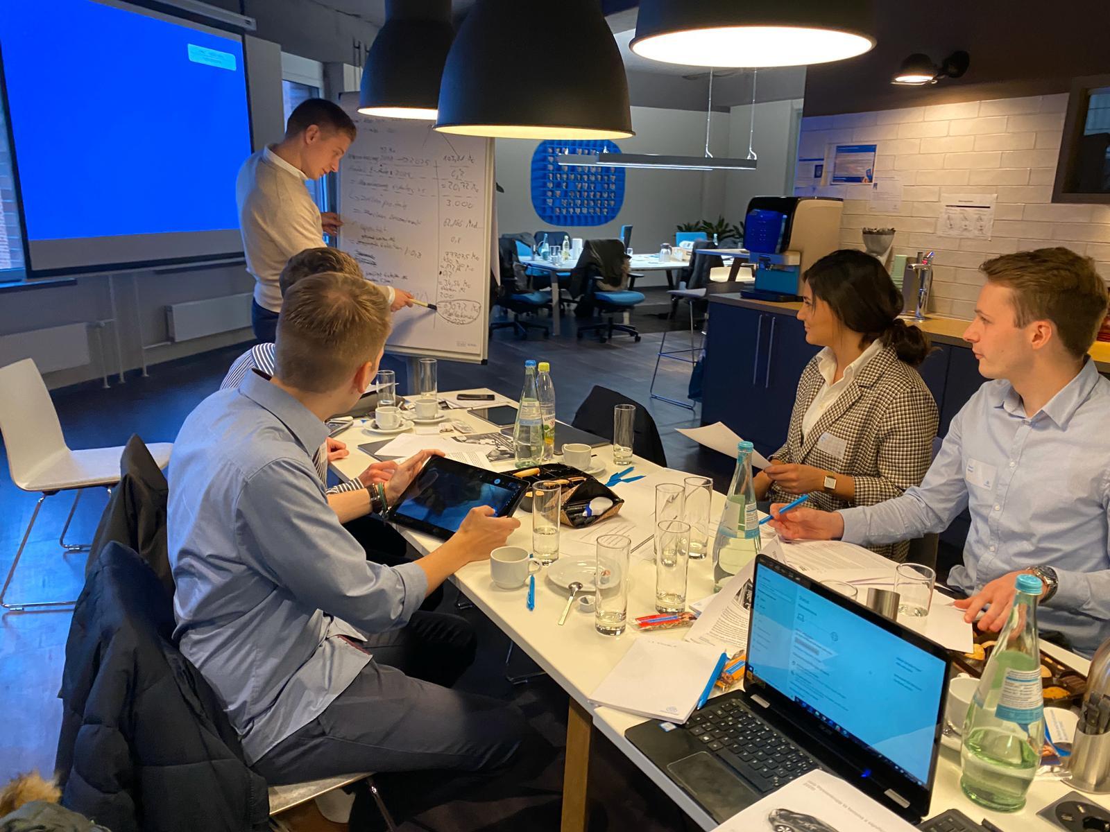 Team arbeitet vor Whiteboard